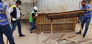 Barracas abandonadas são removidas de praça do Eustáquio Gomes