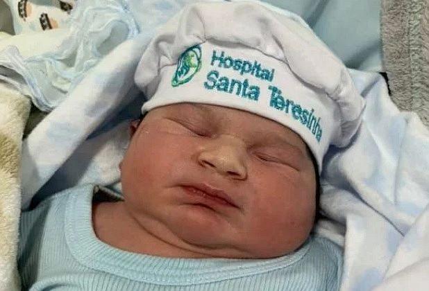 Valentim Puma Eler nasceu saudável em um parto cesariana e surpreendeu os pais e a equipe médica pelo tamanho