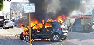 Veículo pela fogo no Centro de São Miguel dos Campos