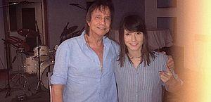 Ex-participante do The Voice nega namoro com Roberto Carlos: 'Somos colegas'