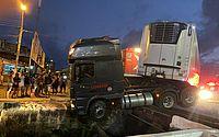 Vídeo: carreta fica suspensa sobre passarela após colisão com trem na Cambona