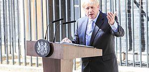 Abraços estão liberados, diz Boris, ao anunciar novo relaxamento na Inglaterra