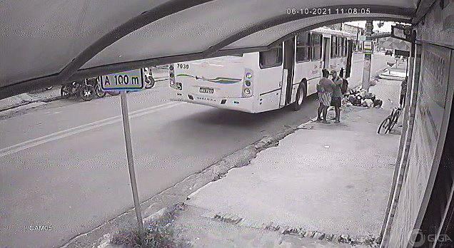 Homem aguardou a mulher descer do ônibus para abordá-la