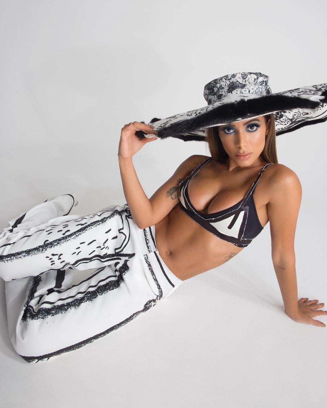 Anitta diz que está adorando estar por fora dos planos da carreira e pretende ser mãe aos 30